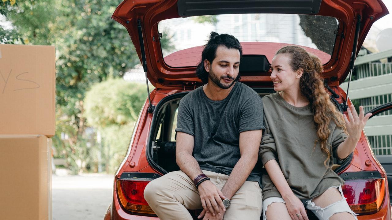 Couple sur un coffre de voiture